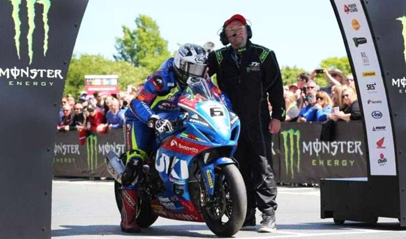 Dunlop se lleva la victoria en el Senior TT Race.