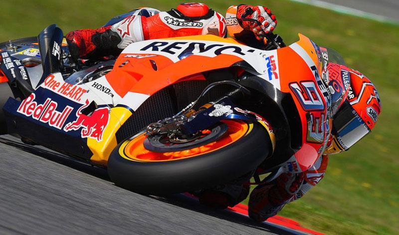 Tras una  audaz decisión, Marc Márquez se lleva el triunfo en el MotoGP en la República Checa, lo siguen Pedrosa y Viñales; tres españoles en el podio, un homenaje a Ángel Nieto