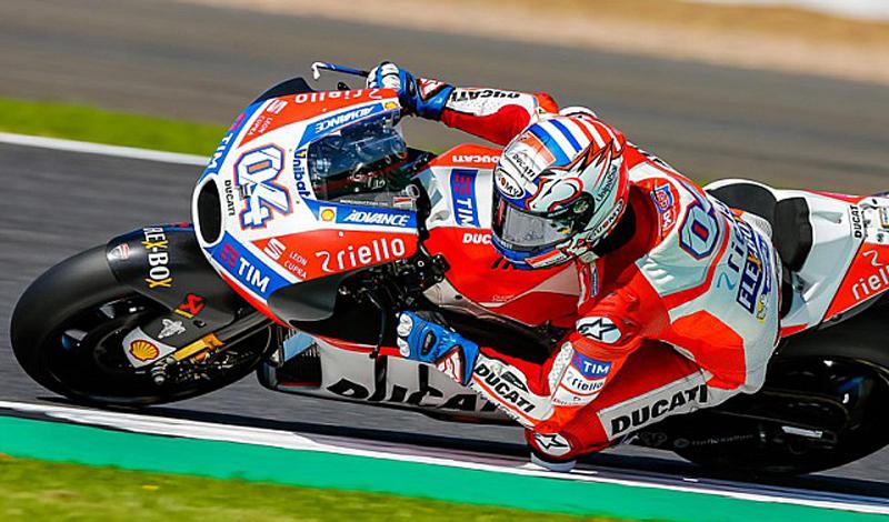Dovizioso obtiene su cuarto triunfo en Inglaterra en el Campeonato de MotoGP; Viñales sube al segundo puesto del podio seguido por Rossi
