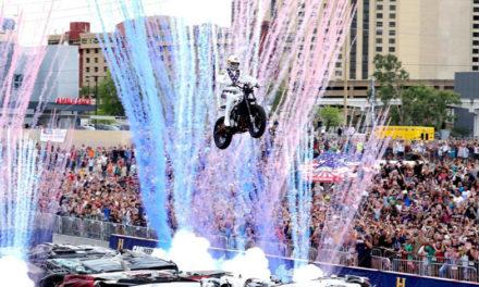 Travis Pastrana y la Indian Scout FTR750 lograron recrear los saltos de Evel Knievel
