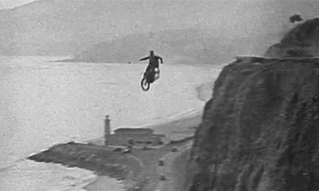 ¿Paracaídas y motos? Un riesgo colosal
