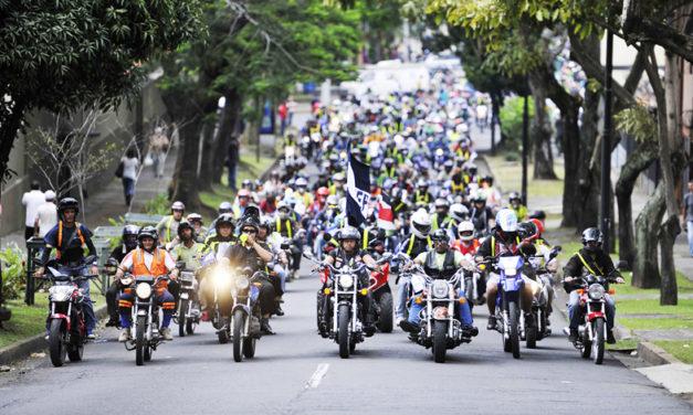 Motociclistas de la CDMX rechazan iniciativas para llevar matrículas en cascos y chalecos