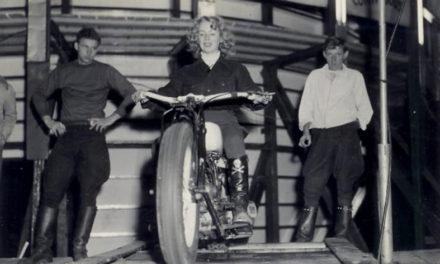 Cookie Ayers-Crum, pionera del motociclismo de acrobacia
