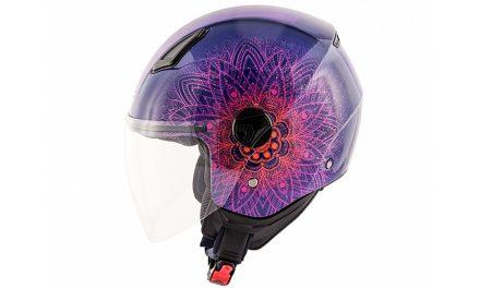 Llamativo casco para motociclistas atrevidas