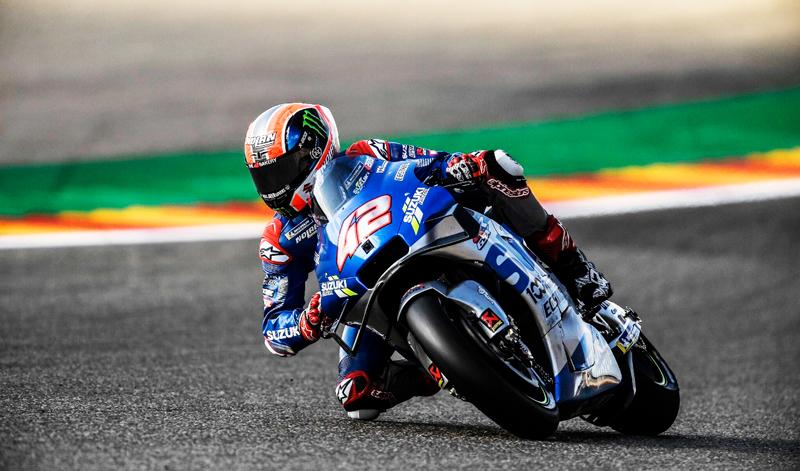 Álex Rins sube a lo más alto del podio en MotorLand Aragón