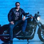 """Un """"pequeño"""" regalo por parte de Julión Álvarez, nada más y nada menos que su Harley Davidson"""